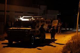 الخليل: قوات الاحتلال تستدعي مواطنا وتفتش منازل