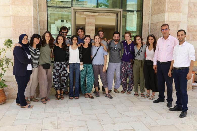 """وفدٌ إسباني يزور جامعة """"خضوري"""" للتضامن"""