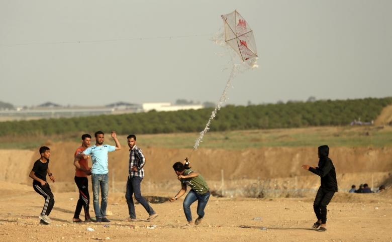 طائرة استطلاع تستهدف مطلقي البالونات الحارقة شرق رفح