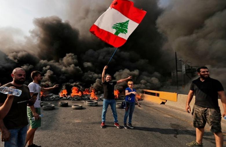 متظاهرون يقطعون الطرق بلبنان