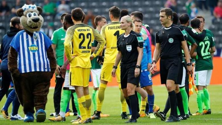 أول امرأة تدير مباراة في الدوري الألماني