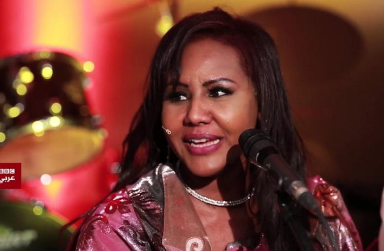 """مغنية سودانية تثير الجدل بقبولها دعوة للغناء في """"إسرائيل"""""""