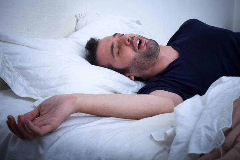 السمنة والأجهزة الذكية قد تقطع النفس أثناء النوم