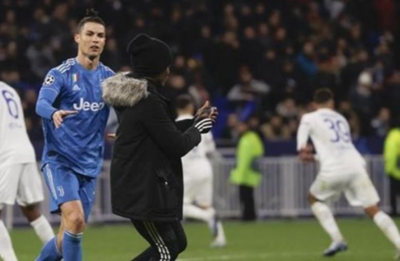 رونالدو يتصرف بقسوة مع مشجع اقتحم الملعب بمباراة ليون