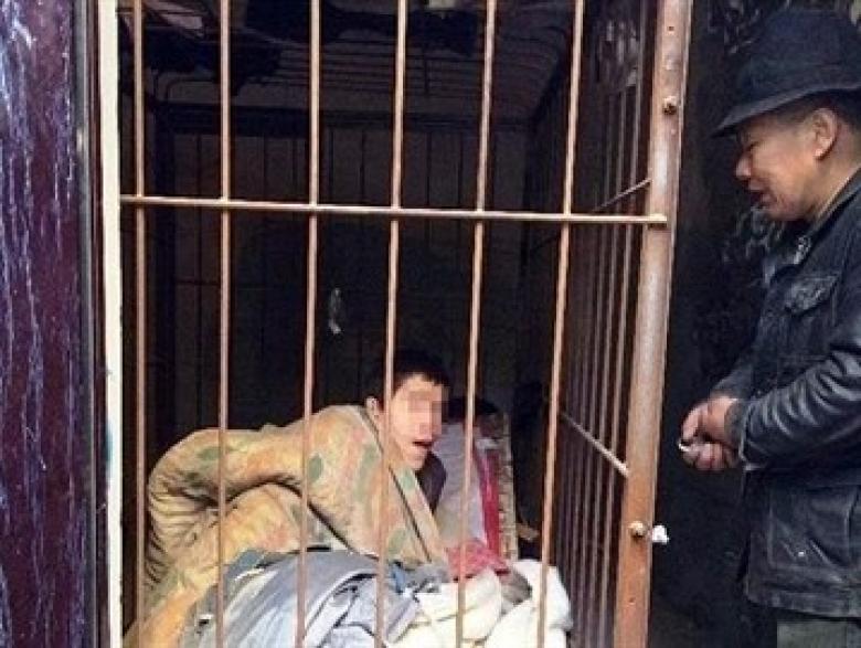 اعتقال رجل احتجز ابنه المعاق في قفص 20 عاماً