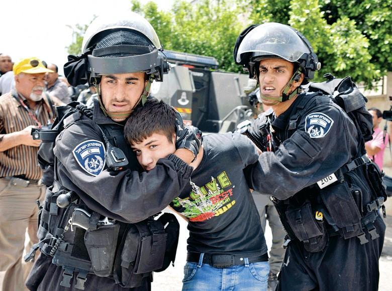 الاحتلال يحتجز طالبين ويعتدي عليهما بالضرب في البيرة