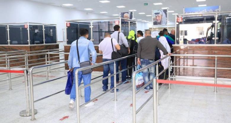 الاحتلال يمنع 14 مواطنًا من السفر عبر معبر الكرامة