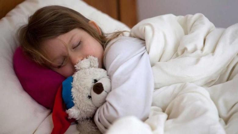 العطس صباحا لدى الأطفال.. علام يدل؟