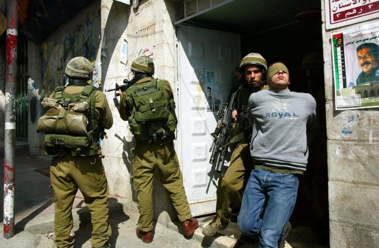 """الاحتلال يعتقل مواطناً بذريعة حيازته بندقية """"أم 16"""""""