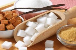 ما الفرق بين السكر الأبيض والبني؟