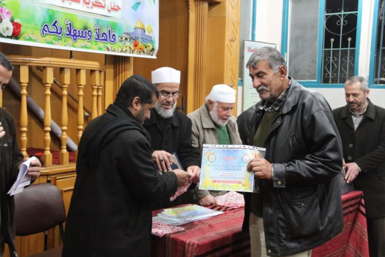 أسرة مسجد التقوى في البريج تكرم كبار السن من رواد المسجد