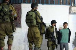 الاحتلال يسلم بلاغات لمواطنين ويفتش منزلين في حلحول