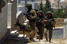 """الاحتلال يداهم عدداً من المنازل في """"بيت أمر"""" بالخليل"""