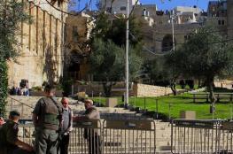 الاحتلال يمنع المواطنين من الوصول لمنازلهم في الخليل