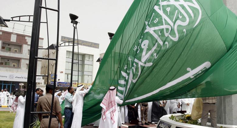 أمير سعودي يسقط أمام العاهل سلمان