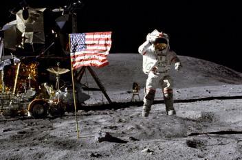 نظريات مؤامرة حول كيفية رفرفة العلم فوق القمر دون هواء؟