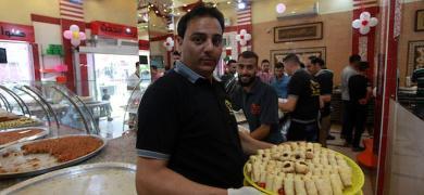 محلات الحلويات بغزة تكتظ بالمشترين في يوم نتائج الثانوية العامة