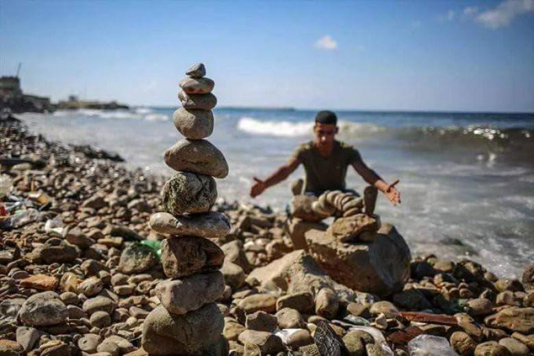 الشاب الغزي العوضي يتقن فن التوازن