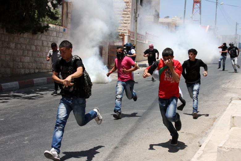 إصابة عشرات الطلاب بالاختناق خلال مواجهات مع الاحتلال في الخليل
