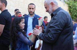إسماعيل هنية خلال لقائه عائلات دير البلح وسط قطاع غزة