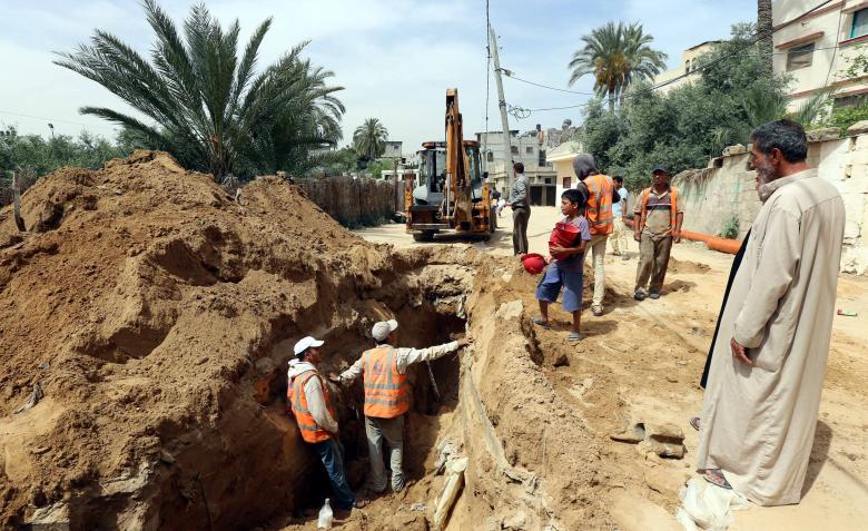 بلدية خان يونس تنتهي من تمديد 4 شبكات مياه وصيانة 550 خطاً مهترئاً