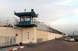 الأسرى بسجن النقب يرفضون الفحص الأمني