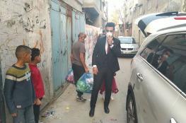عريس غزي يستبدل تكاليف زفافه بتوزيع سلال غذائية على الفقراء