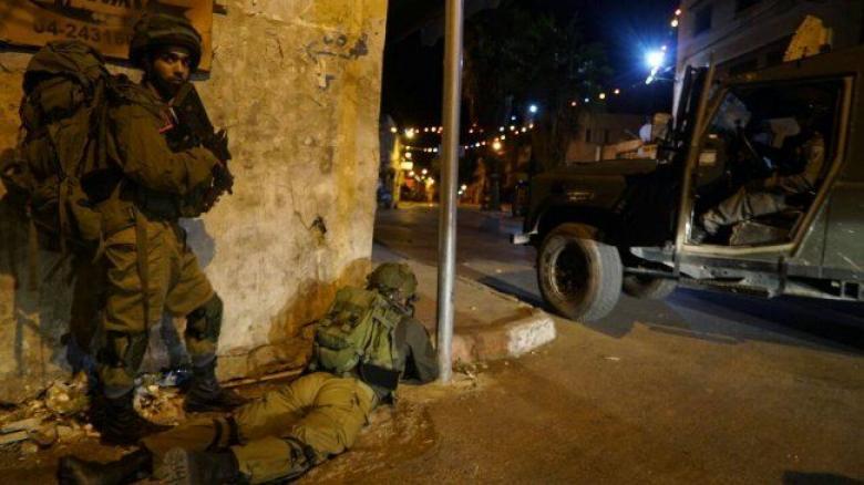 طالت 7 مواطنين.. حملة اعتقالات ودهم في مدن الضفة المحتلة