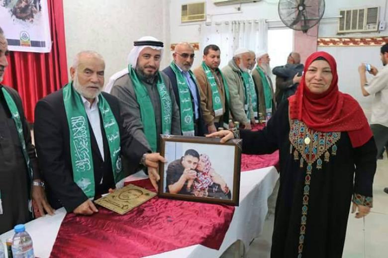 بحر ونواب شمال غزة يكرمون أهالي الأسرى بيوم الأسير