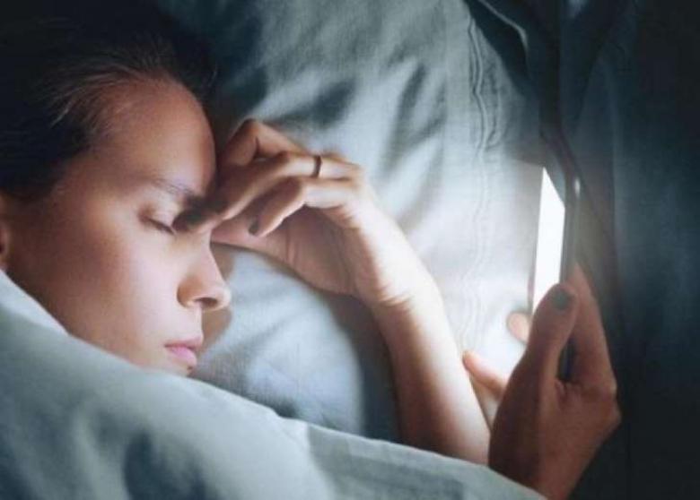 """الولع بالأجهزة الإلكترونية """"يؤثر على راحتنا ليلا"""""""