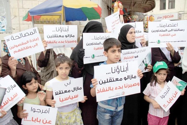 أهالي المعتقلين بالضفة يحملون السلطة مسئولية حياة أبنائهم بسجونها