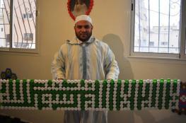 مغربي يحوّل أغطية القنينات البلاستيكية إلى لوحات فنية