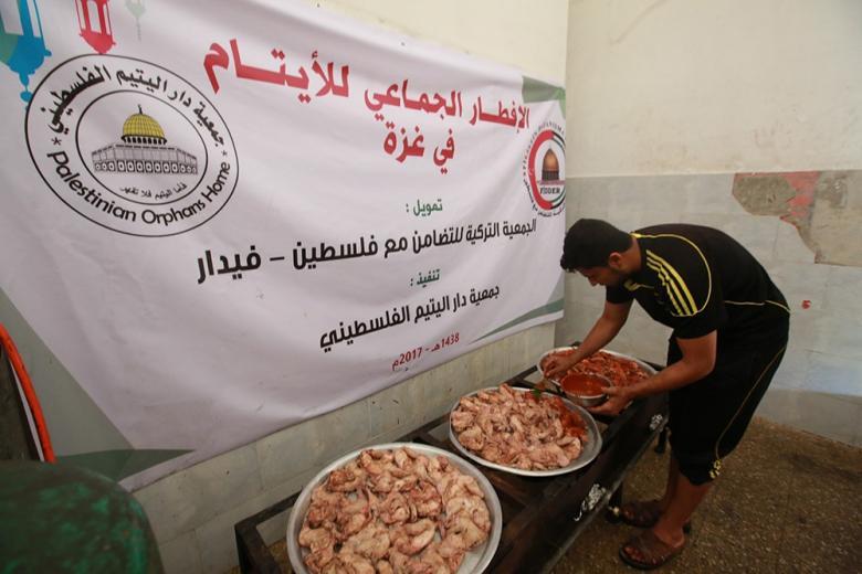 """""""فيدار"""" تقيم إفطارا للأيتام في مخيم النصيرات وسط قطاع غزة"""
