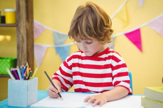 12 صفة تكتشفينها بطفلك من طريقة إمساكه بالقلم