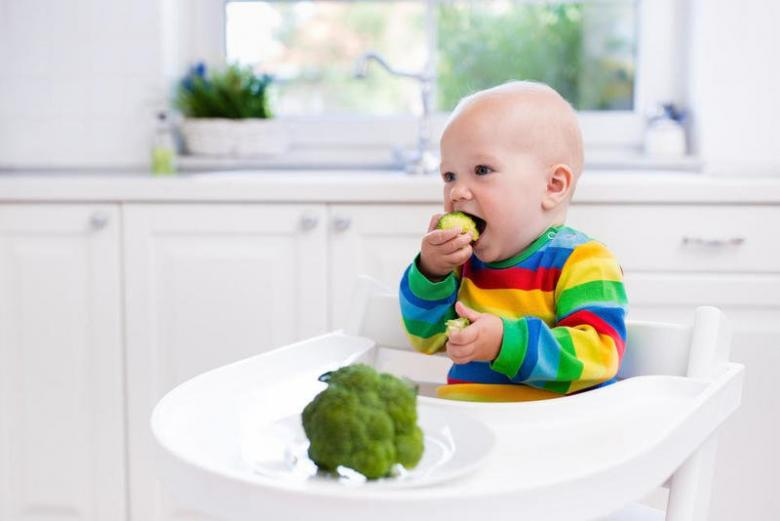 متى يمكنني أن أطعم مولودي غير الحليب؟