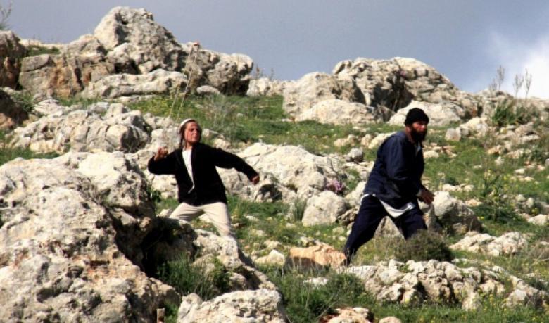مستوطنون يرشون مواطنا بغاز الفلفل في الخليل