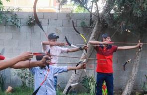 الشاب محمد أبو مساعد يبدع فى صناعه القوس في مدينة دير البلح