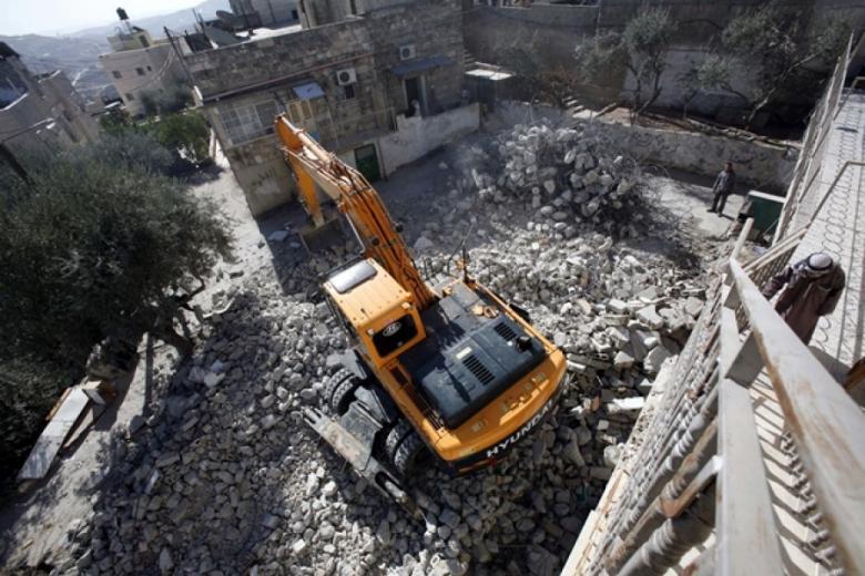 الاحتلال يهدم مدرسة في مخيم شعفاط