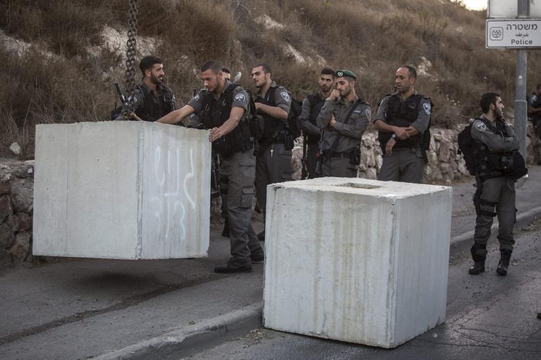 """الاحتلال يغلق مدخل بلدة بيتا"""" بالمكعبات الإسمنتية"""