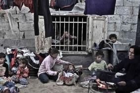 عائلةٌ مزّقها الفقرُ والمرضُ تنتظرُ الفرج