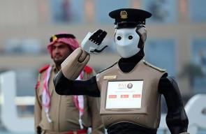 الشرطي الآلي يشارك بإطلاق مدفع الإفطار بدولة الإمارات