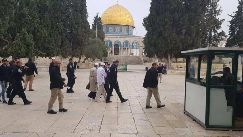 معاريف: اليهود يصلون بكل حرية داخل الأقصى والمسلمون خارجه