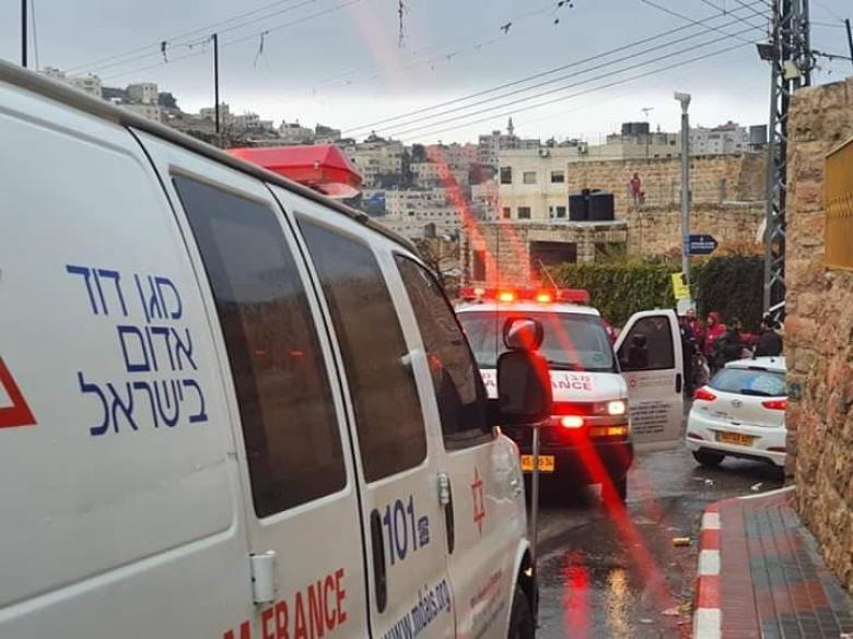 إصابة مستوطن بعملية طعن في الخليل