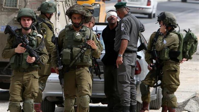 الاحتلال يحتجز طفلين ومواطن في الخليل