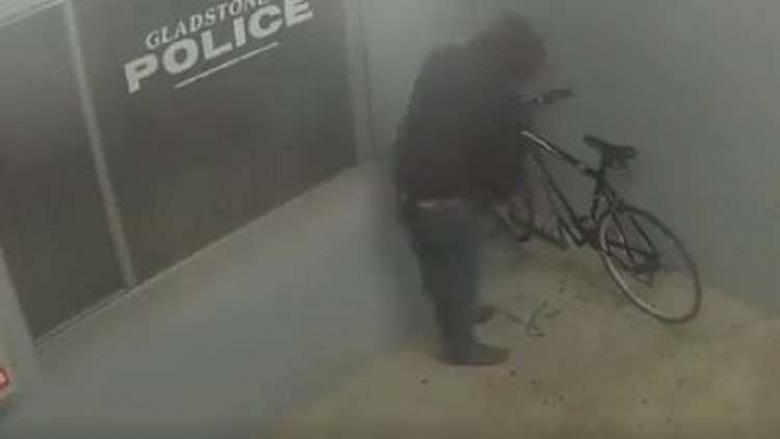 أمريكي متهور حاول سرقة دراجة من أمام مركز للشرطة