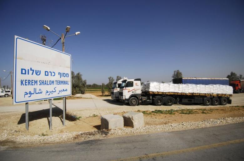 """هكذا يعمل معبر كرم أبو سالم التجاري بين غزة و""""إسرائيل"""""""