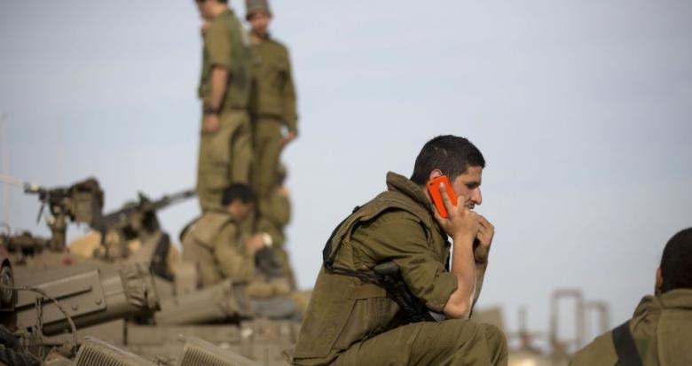 """جيش الاحتلال لجنوده: احذروا """"حماس"""" تريد السيطرة على هواتفكم"""