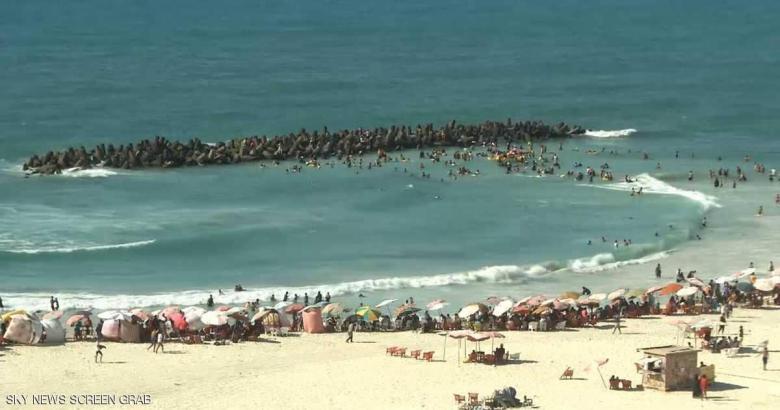 المصريون يتحدون مخاطر شاطئ النخيل