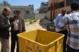بلدية القرارة تبدأ توزيع أكثر من (40) حاوية لجمع النفايات