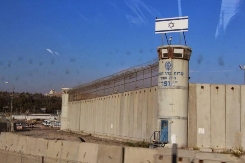 سلطات الاحتلال تعاقب 35 أسيرًا